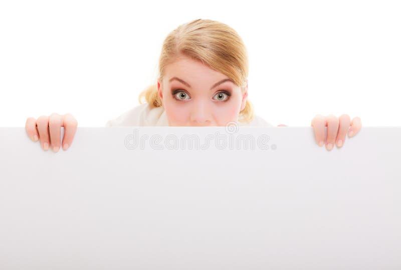 Lustiges breites gemustertes Mädchen der Frau mit leerer Anschlagtafelzeichenfahne stockfoto