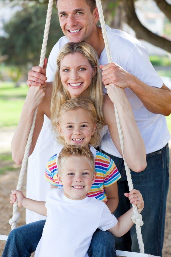 Lustiges Familienschwingen stockfoto