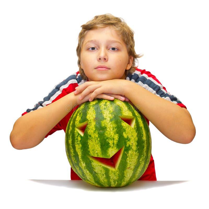 Lustiges Foto des Jungen mit Wassermelone lizenzfreie stockfotos