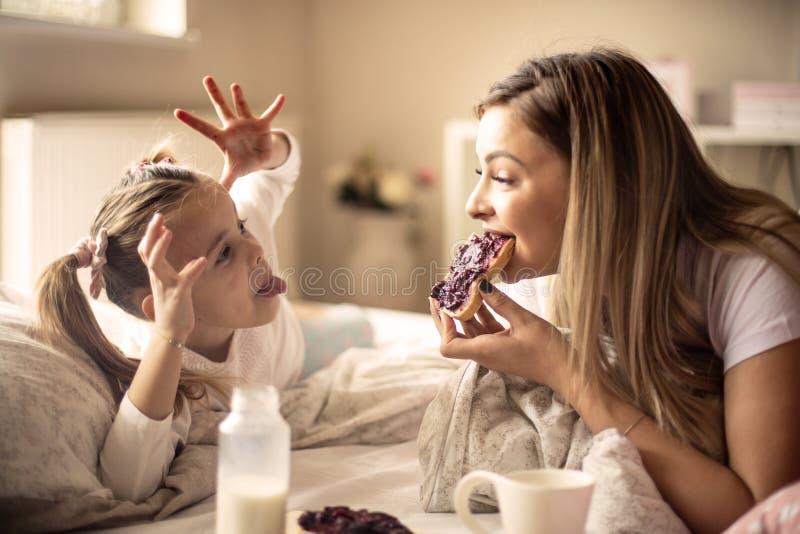 Lustiges Frühstück im Bett lizenzfreie stockfotografie