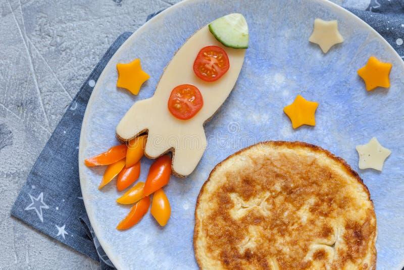 Lustiges Frühstück mit Käsesandwich und einem Omelett lizenzfreies stockfoto