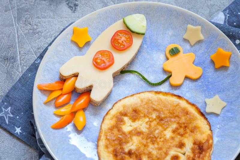 Lustiges Frühstück mit Käsesandwich und einem Omelett stockbilder