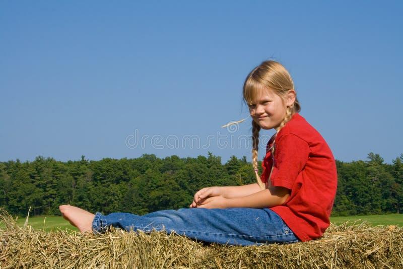 Lustiges gegenübergestelltes Bauernhofmädchen. stockfoto
