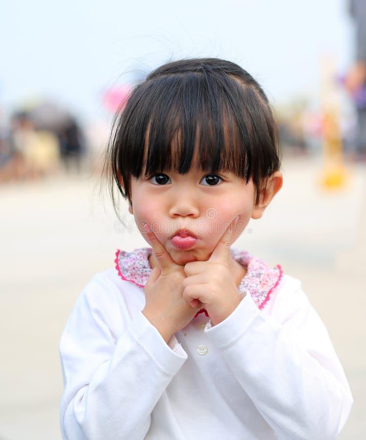 Lustiges Gesicht des Kleinkindmädchen-Ausdrucks Porträt draußen lizenzfreie stockfotos