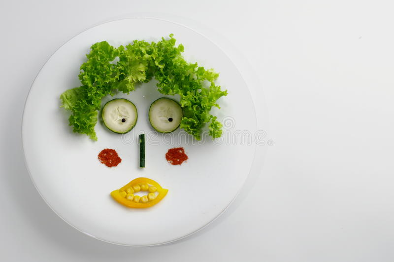 Lustiges Gesicht gebildet mit Gemüse lizenzfreie stockfotografie