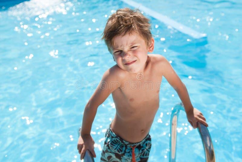 Lustiges hübsches kaukasisches gesundes Kleinkind im blauen Süßwasserpool am sonnigen Sommertag lizenzfreie stockbilder