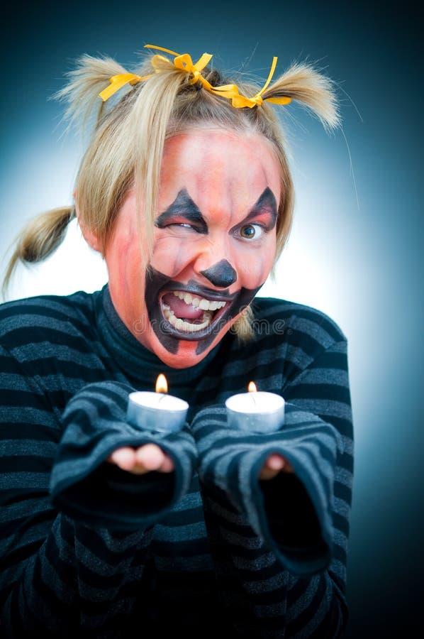 Lustiges Halloween-Mädchen mit Kerzen stockfotos