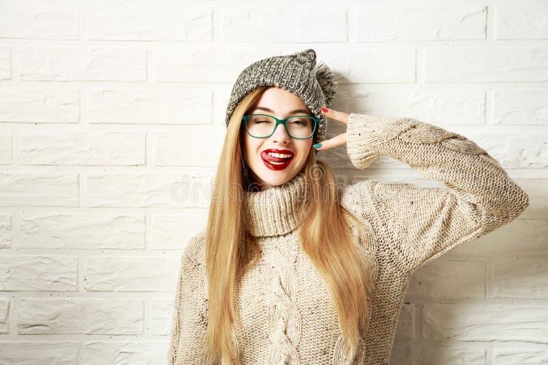 Lustiges Hippie-Mädchen in der Winter-Kleidung, die verrückt geht stockfotografie