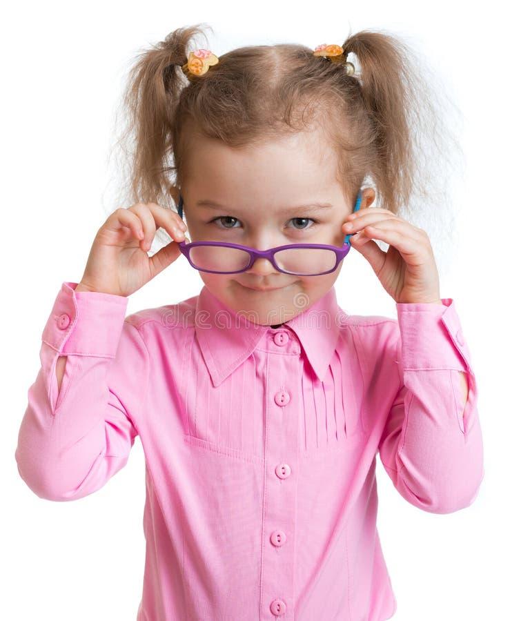 Lustiges Kind, das auf die Schauspiele lokalisiert sich setzt stockfotos