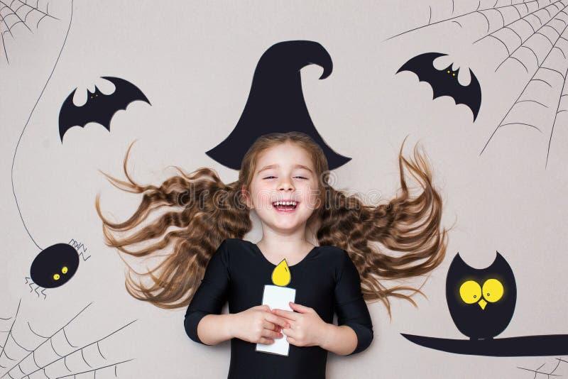 Lustiges Kind gekleidetes Hexenkostüm Halloween-Feiertagskonzept stockbild