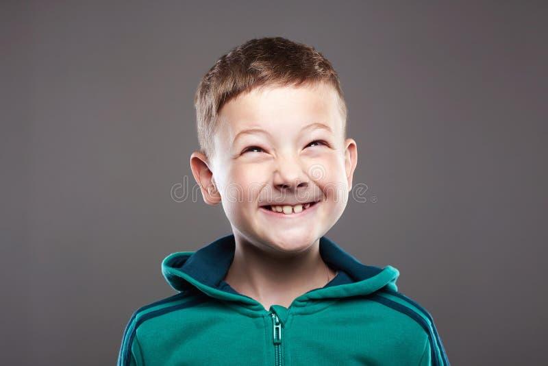 Lustiges Kind Little Boy hässliches Grimassenkind lizenzfreie stockbilder