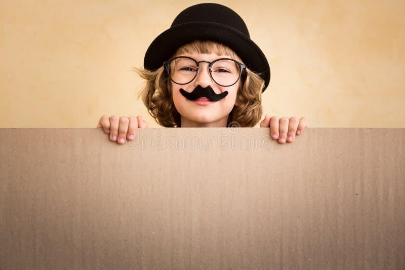 Lustiges Kind mit dem gefälschten Schnurrbart lizenzfreies stockbild