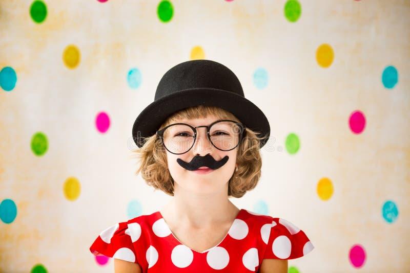 Lustiges Kind mit dem gefälschten Schnurrbart stockfotografie