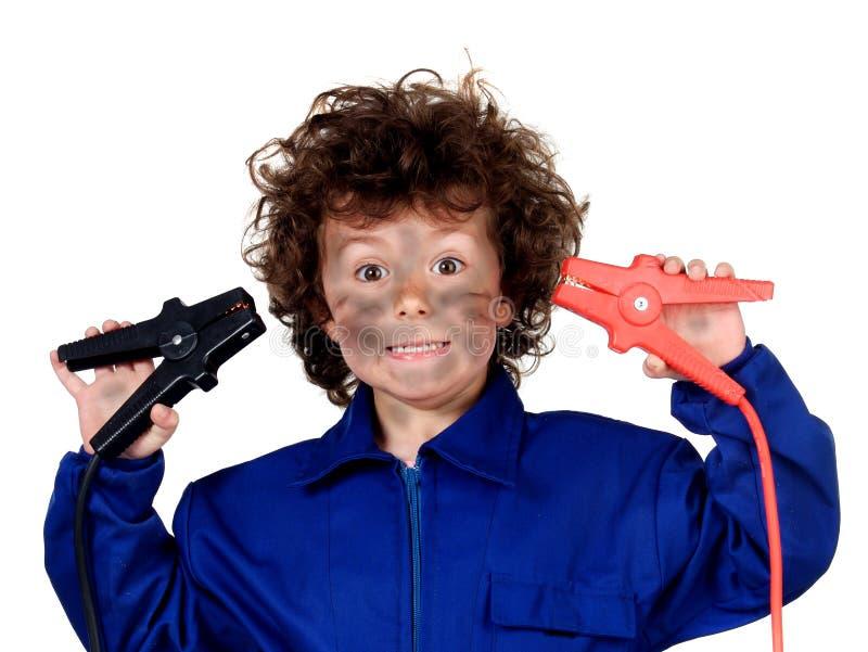 Lustiges Kind mit einem elektrischen Problem Seien Sie carefull! stockbilder