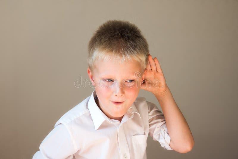 Lustiges Kinderhören stockbilder