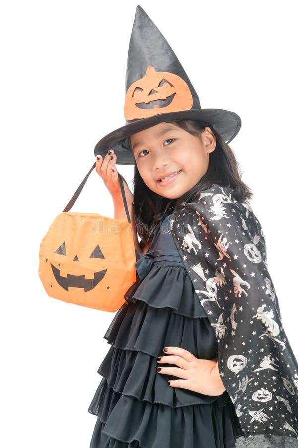Lustiges Kindermädchen im Hexenkostüm für Halloween stockbilder