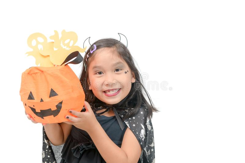 Lustiges Kindermädchen im Hexenkostüm für Halloween lizenzfreies stockfoto