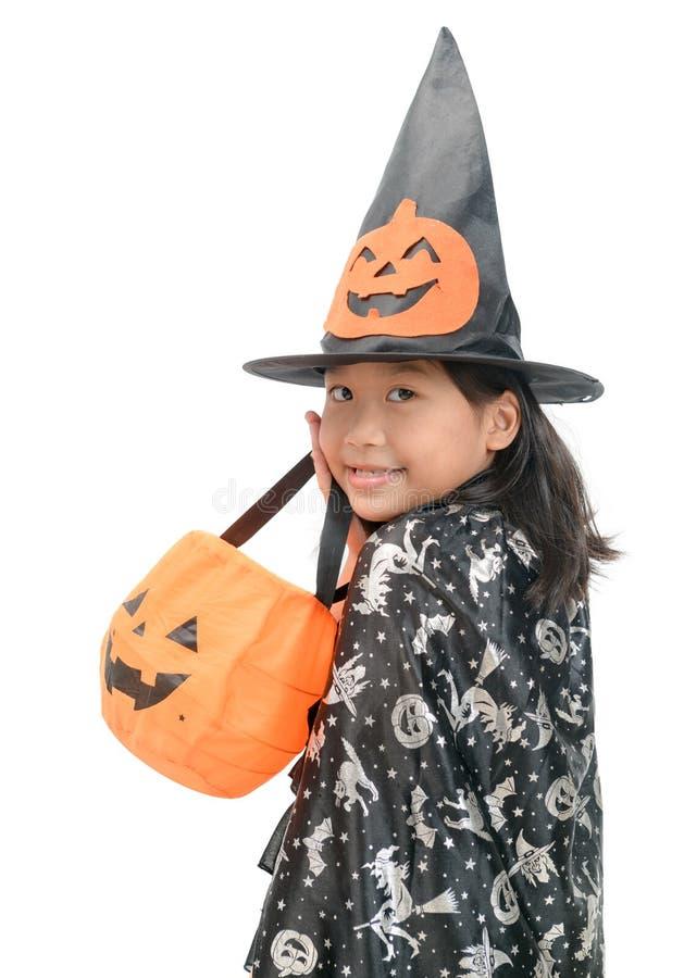 Lustiges Kindermädchen im Hexenkostüm für Halloween lizenzfreie stockfotos