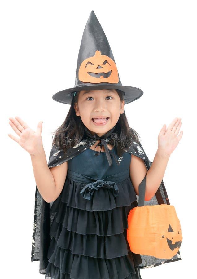 Lustiges Kindermädchen im Hexenkostüm für Halloween lizenzfreies stockbild