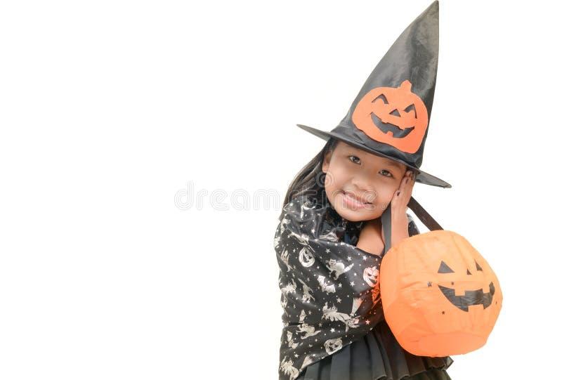 Lustiges Kindermädchen im Hexenkostüm für Halloween stockbild