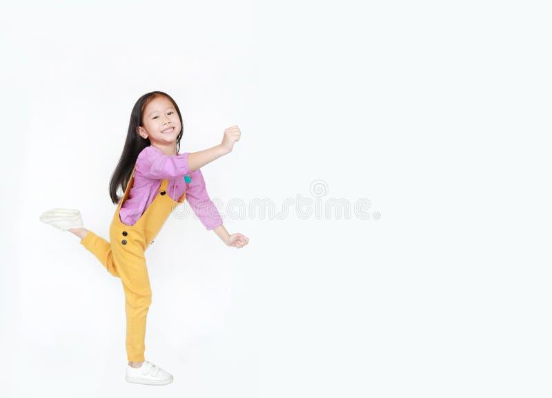 Lustiges kleines asiatisches Kindermädchen lokalisiert auf weißem Hintergrund mit Kopienraum Glücklicher und lächelnder Schuss stockbilder