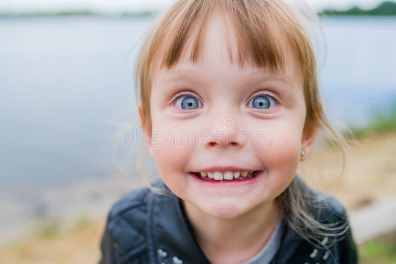 Lustiges kleines Baby, das nahe See aufwirft nahaufnahme stockfoto
