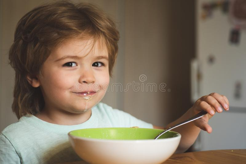 Lustiges kleines Baby essen Glückliches Baby isst gesunden Nahrungsmittellöffel selbst Nahrung und Getränk für Kind Nettes Kind s stockbilder