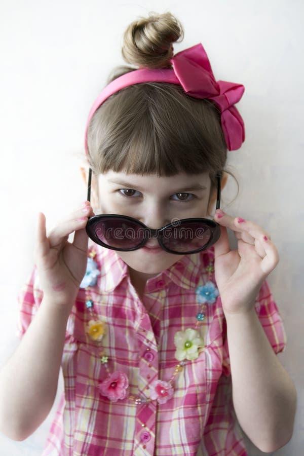 Lustiges kleines lächelndes Mädchen lizenzfreies stockfoto