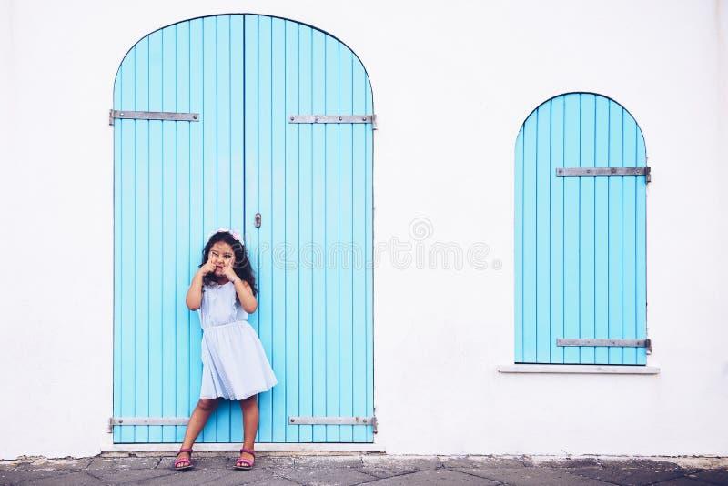 Lustiges kleines Mädchen, das Spaß mit ihren Augen macht lizenzfreie stockfotografie