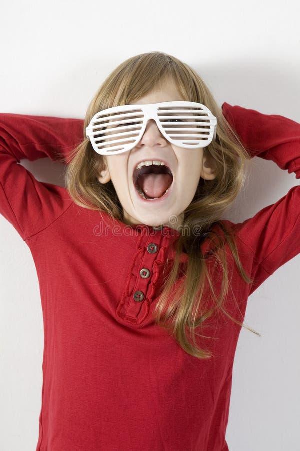 Lustiges kleines Mädchen in den weißen Sonnegläsern lizenzfreie stockfotografie