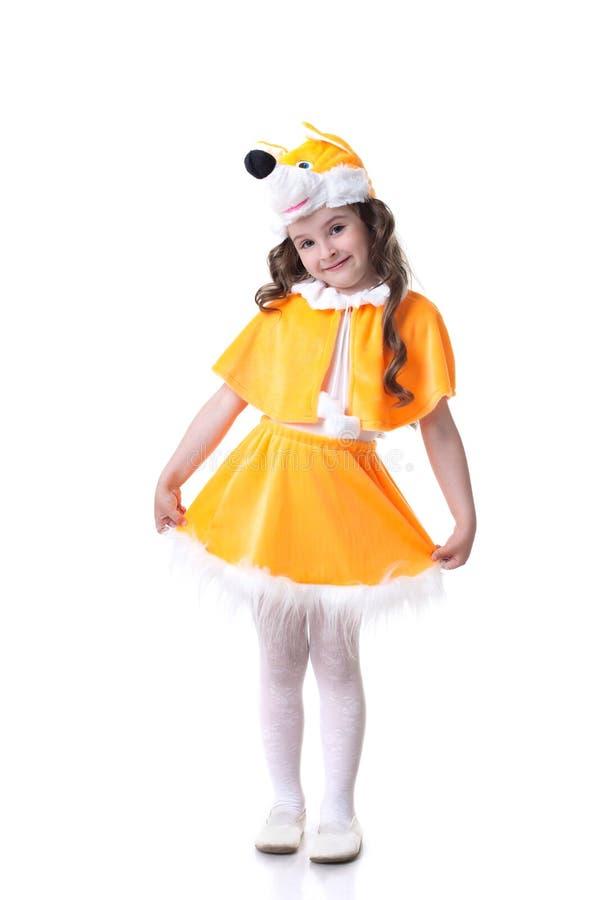 Lustiges kleines Mädchen in der Fuchsklage, die an der Kamera aufwirft stockbilder