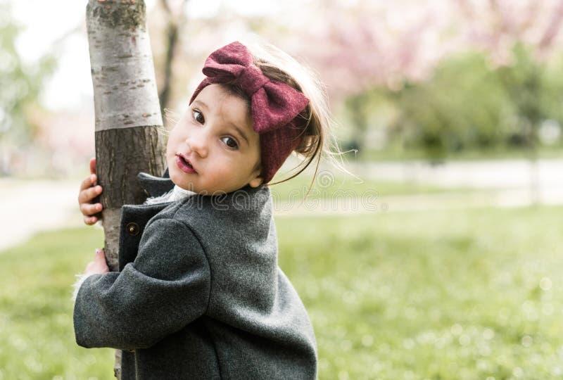 Lustiges kleines Mädchen geht in den Park stockfotos