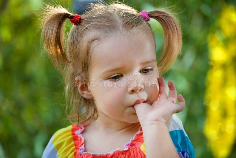Lustiges kleines Mädchen im Park lizenzfreies stockbild