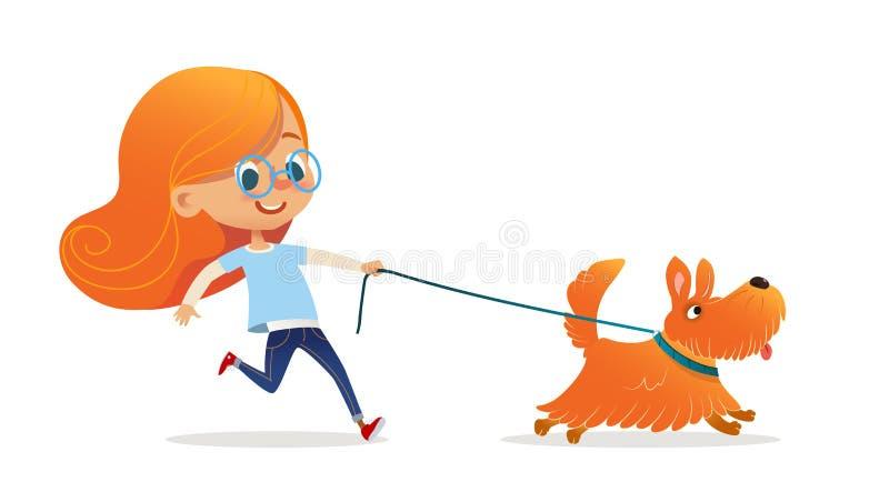 Lustiges kleines Mädchen mit dem roten Haar und gehendem Welpen der Gläser auf Leine Unterhaltendes Rothaarigekind und -hund loka lizenzfreie abbildung