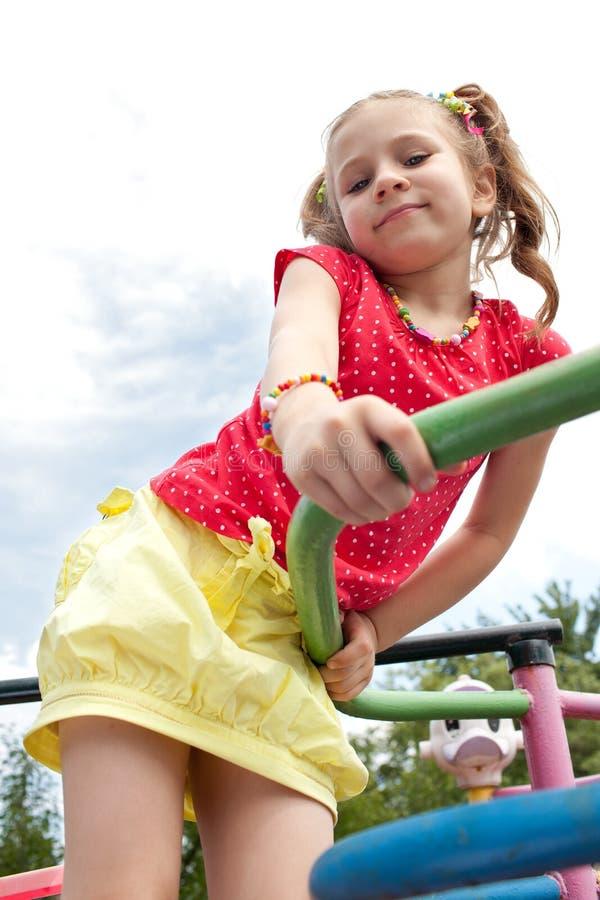 Lustiges kleines Mädchen mit Zöpfen stockfoto