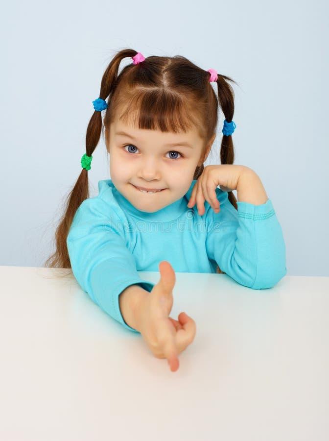 Lustiges kleines Mädchen zeigt einen Finger lizenzfreies stockfoto