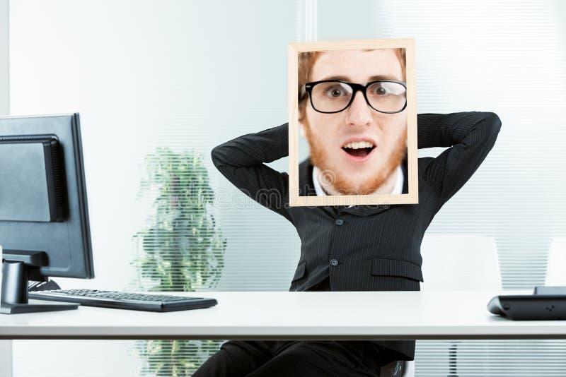 Lustiges Konzept eines entsetzten Büroangestellten lizenzfreie stockbilder