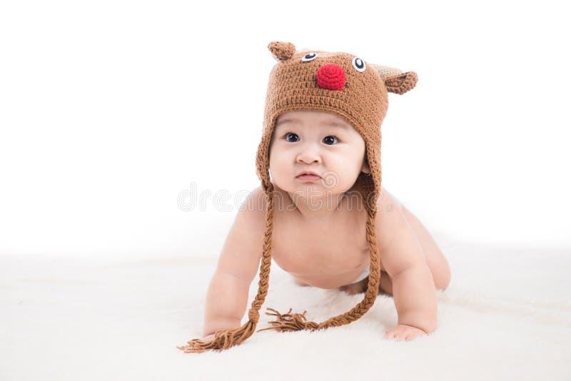 Lustiges kriechendes Baby lokalisiert auf weißem Hintergrund stockfoto