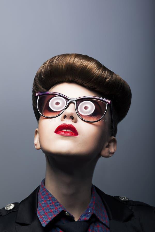 Lustiges lächerliches Mädchen - komische Sonnenbrille - Witz lizenzfreie stockfotos