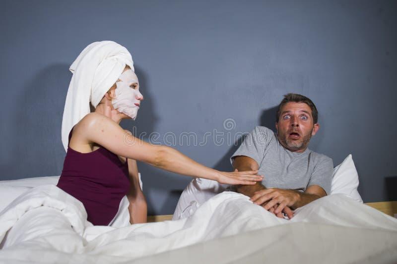 Lustiges Lebensstilporträt des Mannes und der Frau, die sonderbares verheiratetes Paar mit Frau in der Haupttuch- und Make-upGesi lizenzfreie stockbilder
