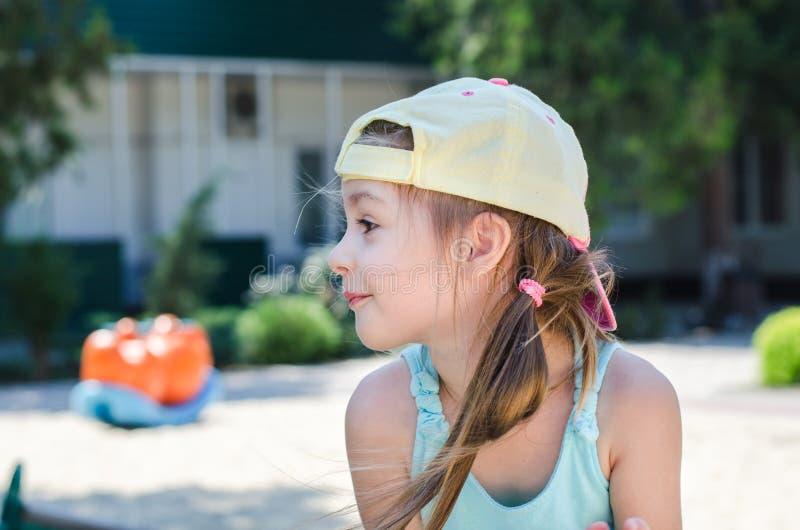 Lustiges Mädchen auf dem Spielplatz stockbilder