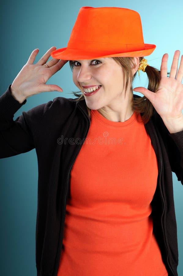 Lustiges Mädchen, das orange Zubehör zeigt lizenzfreie stockfotos