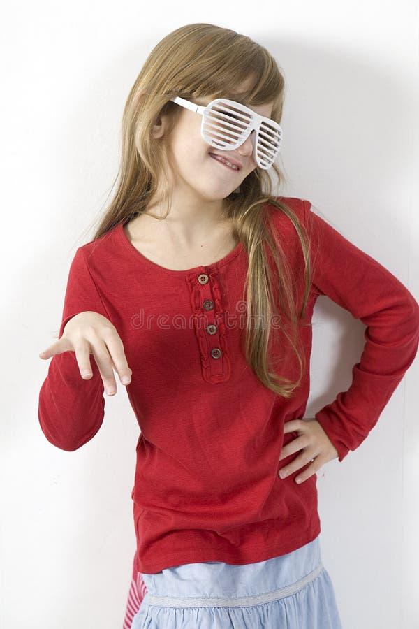 Lustiges Mädchen in den Sonnenbrillen mit Schlitz stockbilder