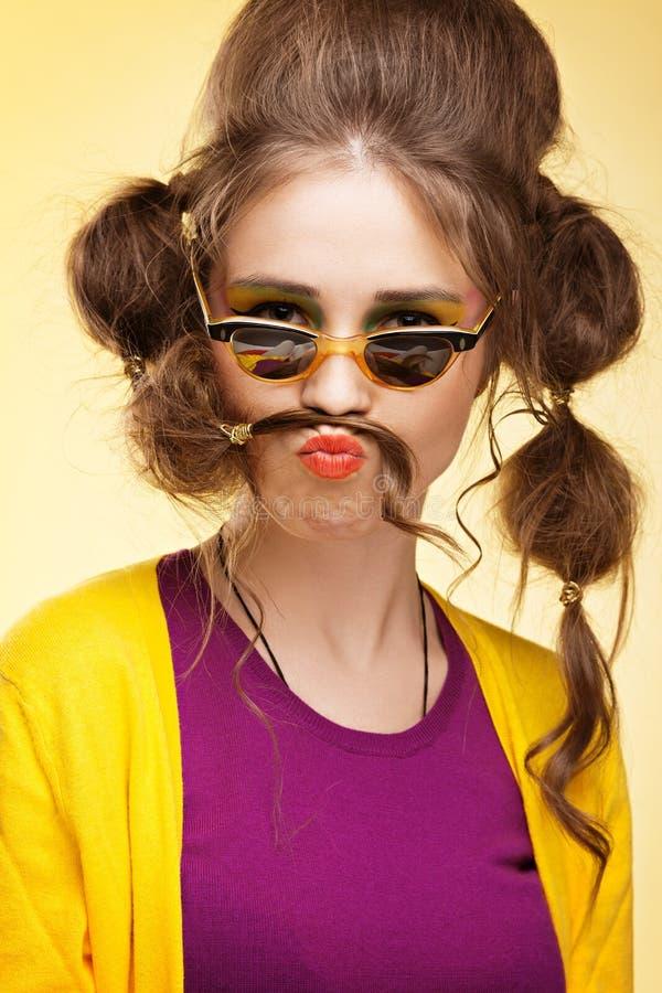 Lustiges Mädchen mit dem gefälschten Schnurrbart lizenzfreie stockbilder