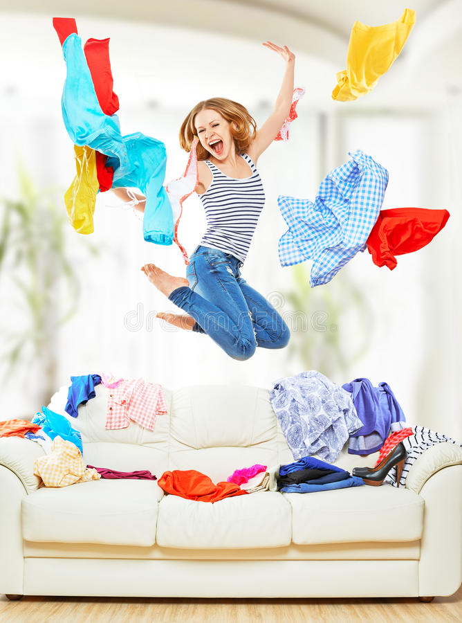 Lustiges Mädchen mit der Fliegenkleidung, die zu Hause springt stockfotografie