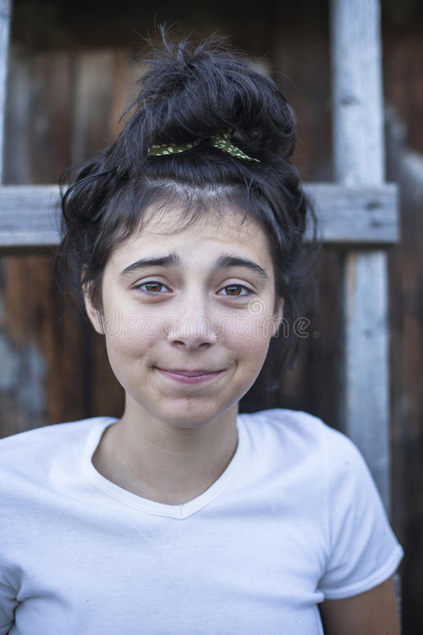 Lustiges Mädchenjugendlichporträt im Dorf stockfotos