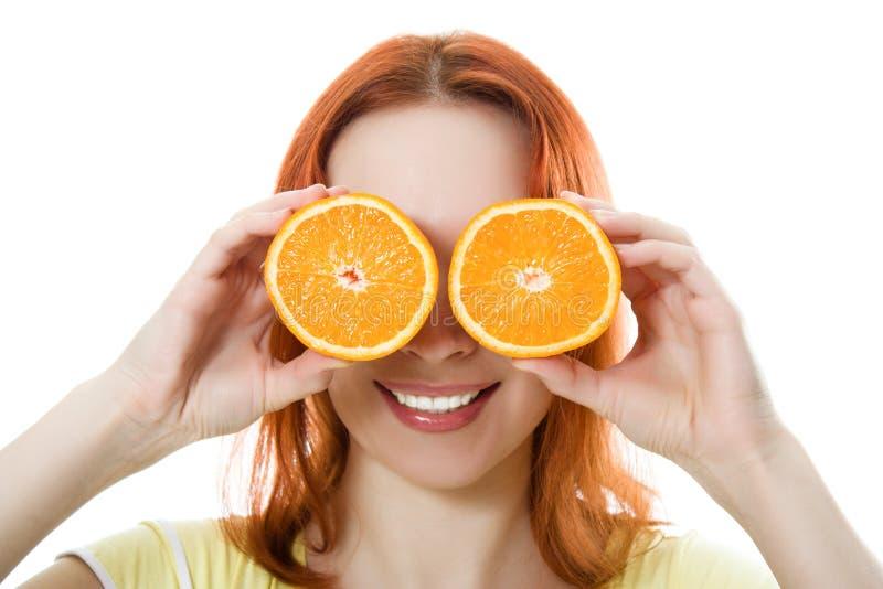Lustiges Mädchenportrait, Orangen über Augen anhalten lizenzfreie stockfotografie