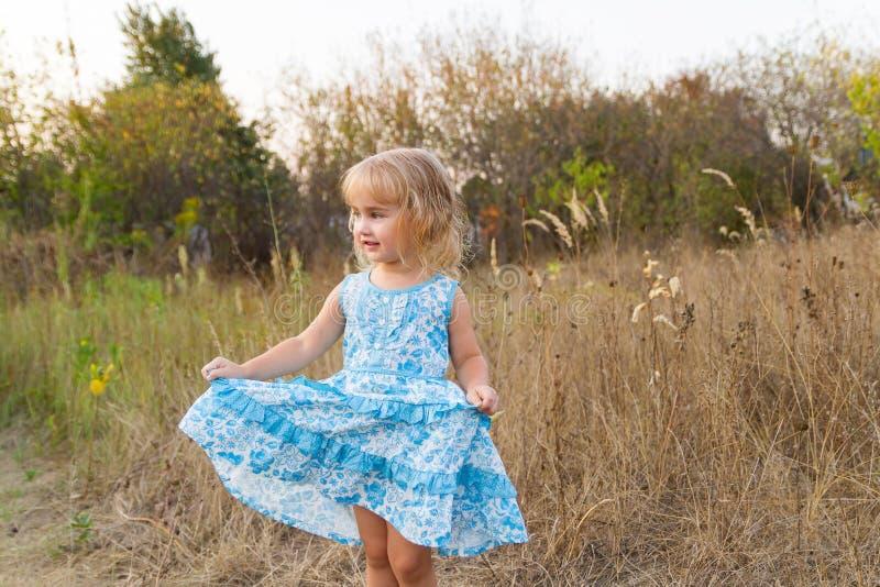 Lustiges Mädchentanzen auf dem Rasen lizenzfreies stockfoto