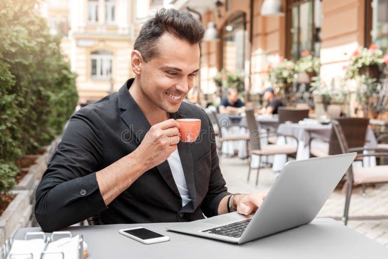 Lustiges Meerschweinchenportrait über weißem Hintergrund Junger Mann in der Klage, die am Café auf Stadtstraße heißes Espressogra stockfoto