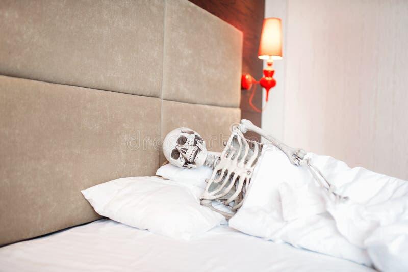 Lustiges menschliches Skelett liegt im Schlechten stockbilder